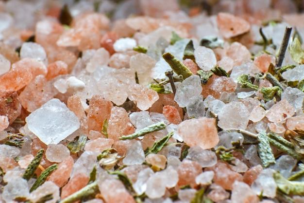 Texturas de sal y especias verdes.