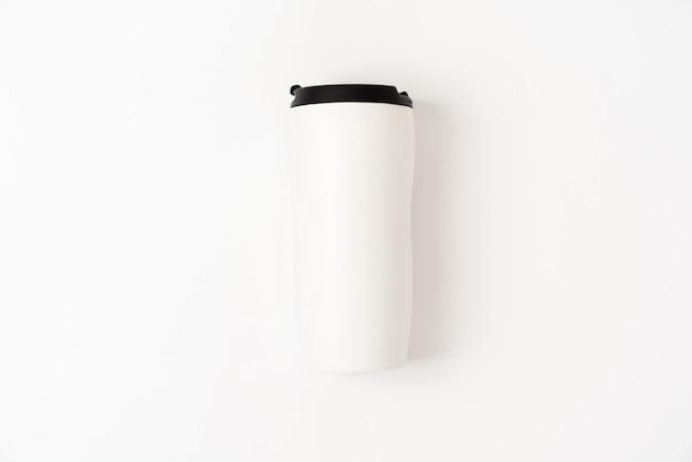 Thermocup blanca con tapa negra.