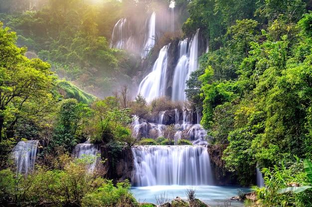 Thi lo su (tee lor su) en la provincia de tak. la cascada de thi lo su es la cascada más grande de tailandia.