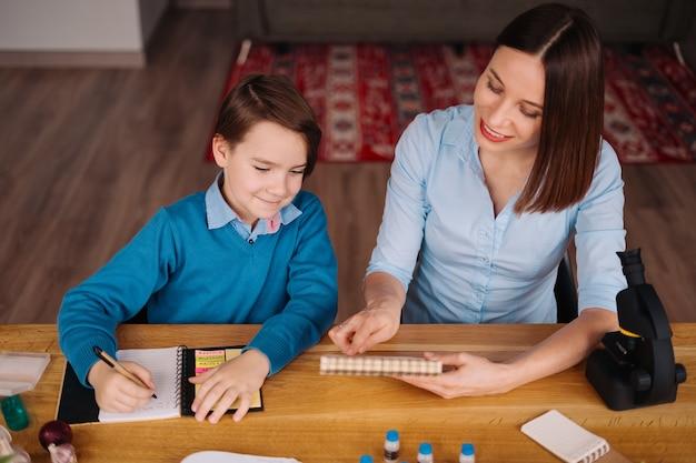 Tía y sobrino hacen la tarea juntos
