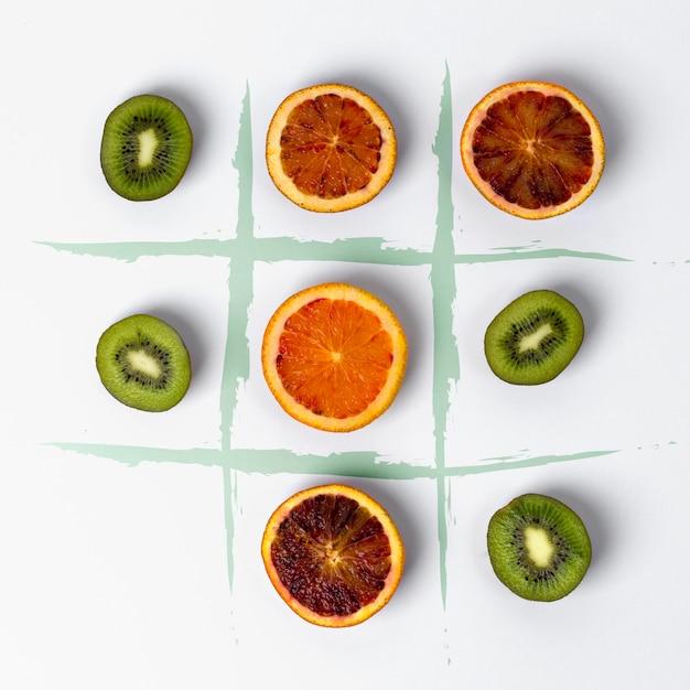 Tic tac toe hecho de kiwi y naranjas de sangre.