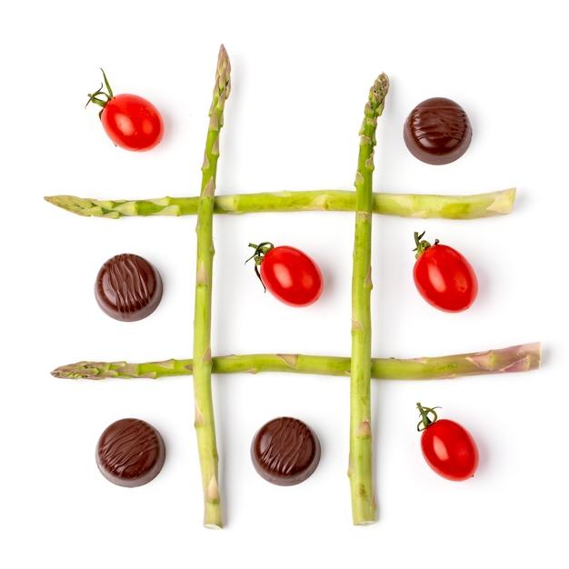 Tic tac toe hecho con tomates cherry