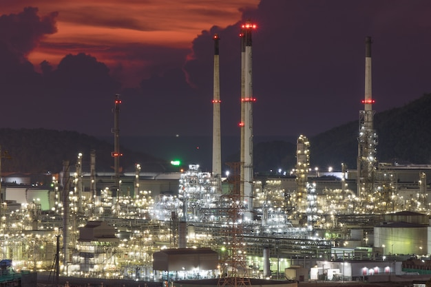 Tiempo crepuscular en refinería con muchas luces