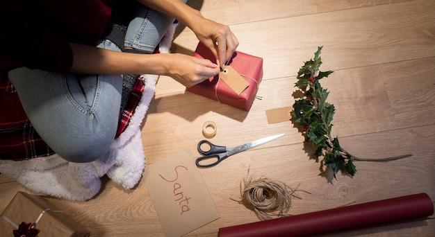 Tiempo de elaboración de alto ángulo para envolver regalos