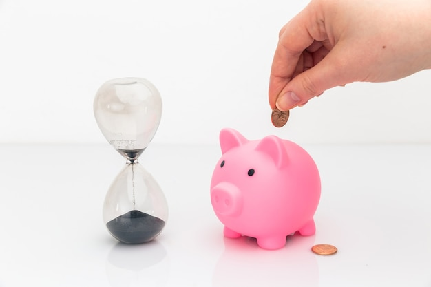 El tiempo es concepto de dinero. ahorrando e invirtiendo su tiempo