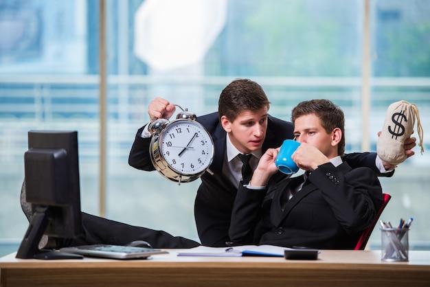 El tiempo es concepto de dinero con dos hombres de negocios.