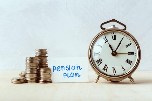 El tiempo es dinero, reloj de mesa con monedas.