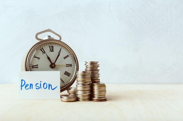 El tiempo es dinero, reloj de mesa con monedas