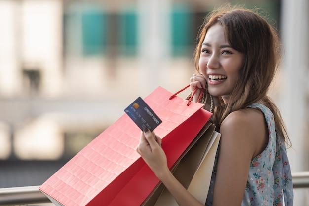 Tiempo feliz al concepto de compras