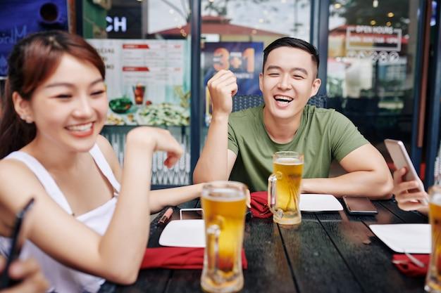 Tiempo feliz con amigos