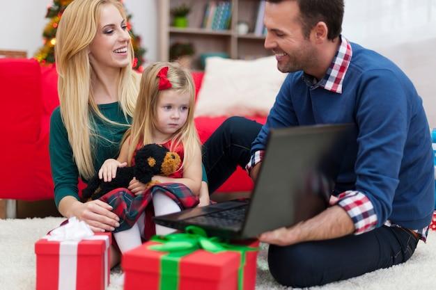 Tiempo feliz durante la navidad para la familia joven