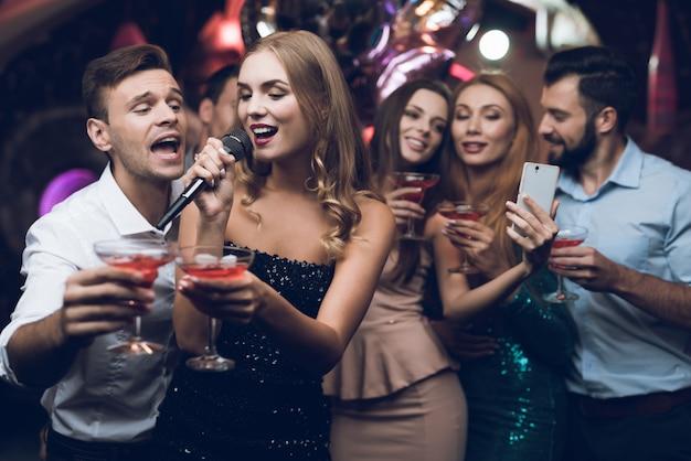 Tiempo de fiesta. pareja feliz en karaoke club