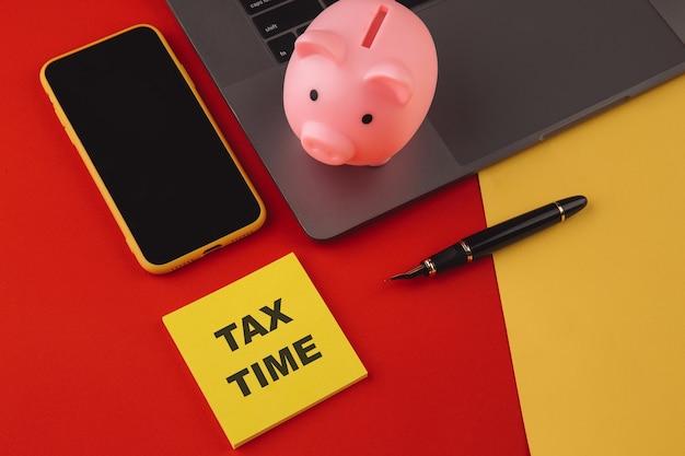 Tiempo de impuestos: notificación de la necesidad de presentar declaraciones de impuestos, formulario de impuestos en el lugar de trabajo contable.