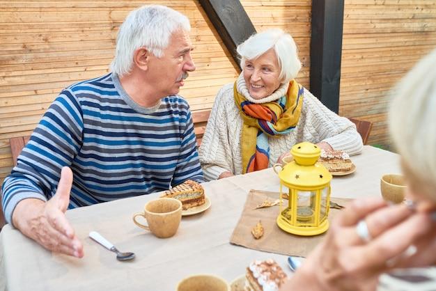 Tiempo inolvidable con amigos mayores