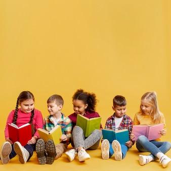 Tiempo de lectura para niños en el espacio de copia