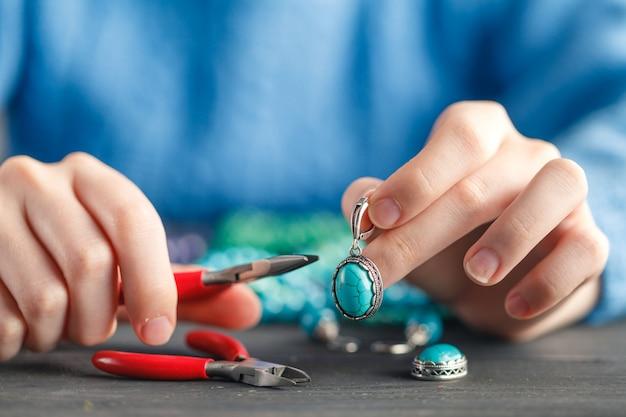 Tiempo libre por la noche haciendo perlas. mujer ocio a domicilio trabajo hobby