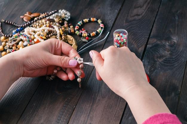 Tiempo libre por la noche haciendo perlas.