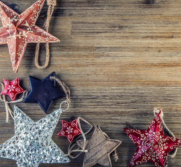 Tiempo de navidad. plato de metal forjado relleno de varios adornos navideños. estrellas navideñas, cascabeles en varias posiciones. decoración vintage.
