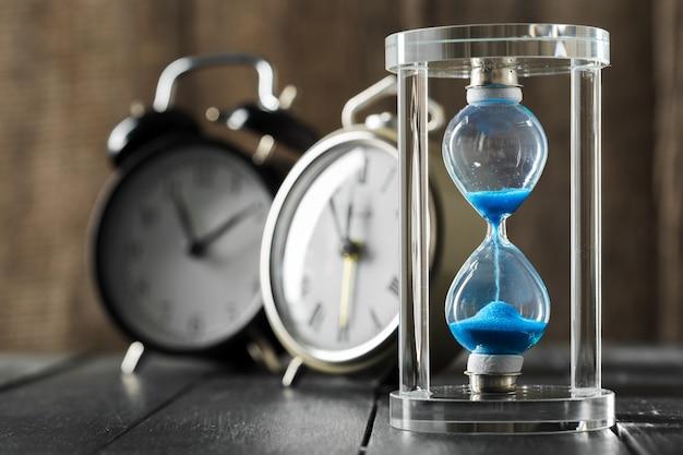 El tiempo pasa. reloj de arena azul de cerca