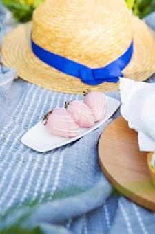 Tiempo de picnic al aire libre, fresa en chocolate, primer plano