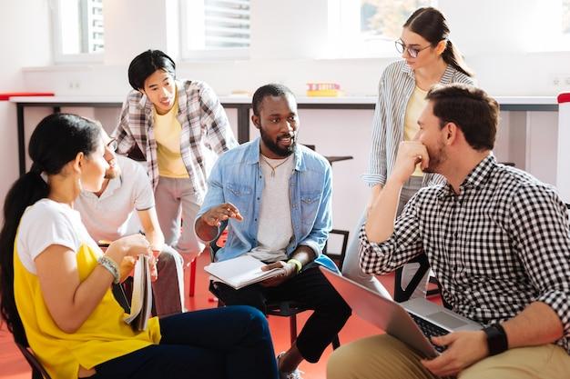 Tiempo productivo invertido. estudiantes inteligentes y diligentes que se preparan para sus exámenes y se sienten interesados mientras discuten el material.