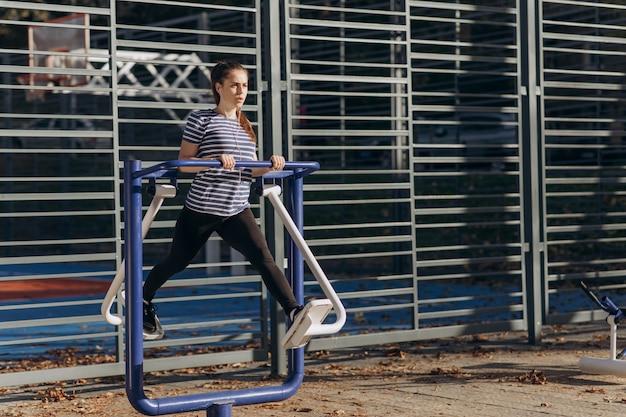 Tiempo soleado de la mañana, la niña realiza entrenamiento físico diario