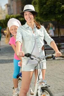 Tiempo sonriente hermoso de la madre y de la hija en ciudad.