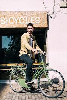 Tienda de bicicletas con dependiente