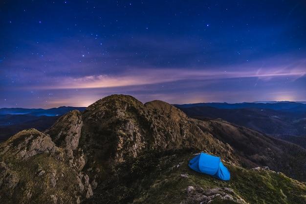 Una tienda de campaña bajo las estrellas en el monte peñas de aya en oiartzun una noche de invierno. país vasco