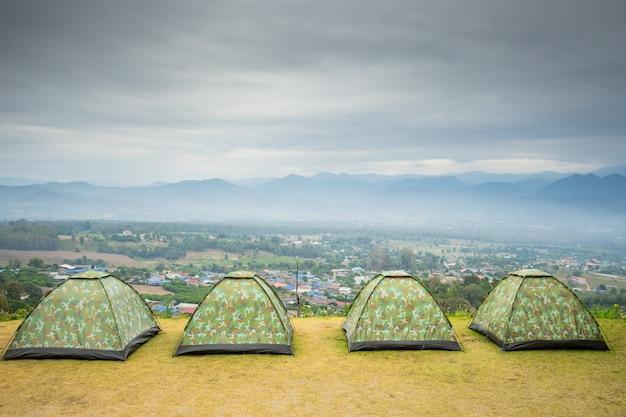 Tienda de campaña en la montaña en el mirador de yun-lai en pai, tailandia