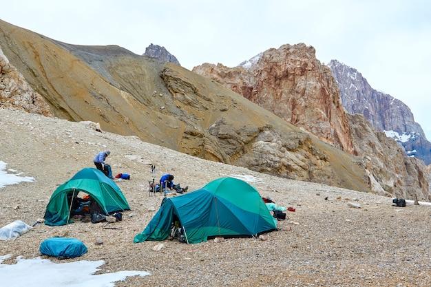 Tienda de campaña en las montañas fann, montañas fann, pamir alay, tayikistán