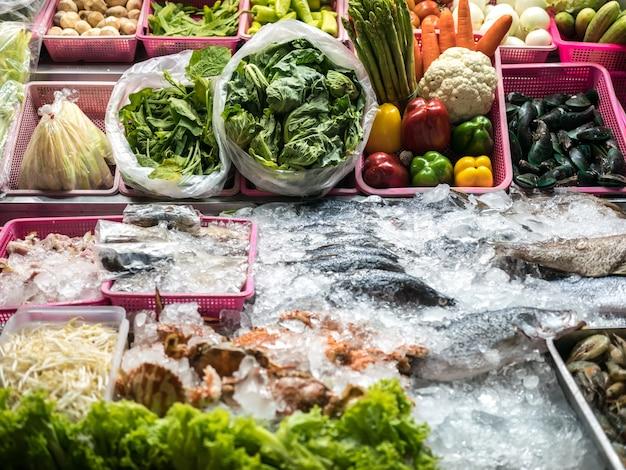 Tienda exterior de marisco, verdura.