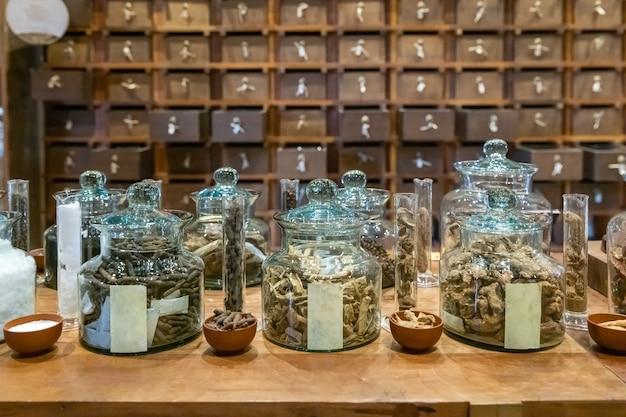 Tienda de farmacia tradicional china. armario de farmacia de hierbas antiguas cajones de madera en segundo plano.