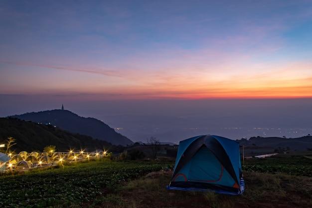 Tienda y fondo de cielo y vistas a la montaña por la mañana.
