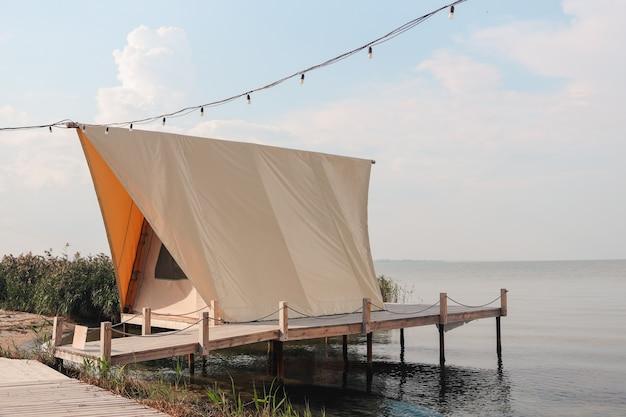 Tienda glamping en el bosque. tienda de lujo con vista al mar. turismo verde de la naturaleza