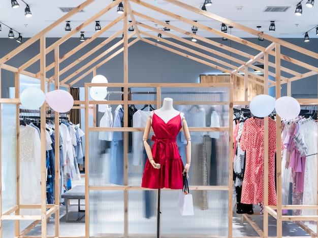 Tienda de moda femenina en el centro comercial.