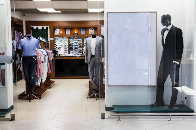 Tienda de ropa para hombres centro comercial interior.