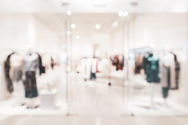 Tienda de ropa de moda borrosa en un centro comercial
