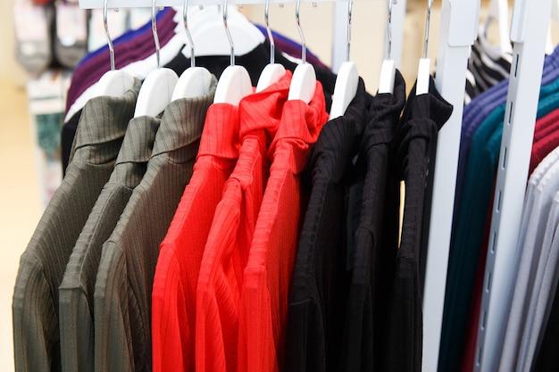 Tienda de ropa con ropa nueva.