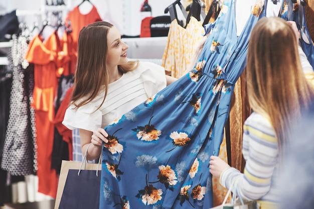 Tienda de ropa traje vestido moda tienda estilo concepto