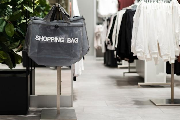 Tienda de ropa vacía con bolsas de compras