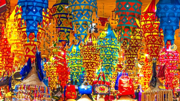 Tienda de souvenirs de colores antiguos en china.