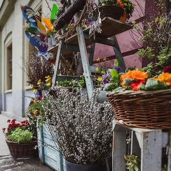 Tienda de venta de flores en el mercado de budapest