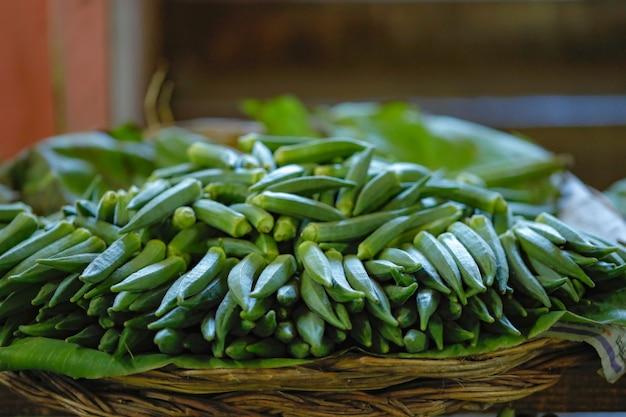 Tienda de verduras frescas en el mercado indio