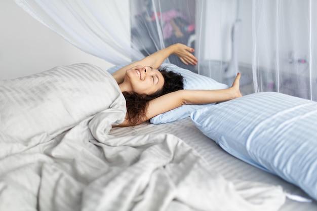 Tierna joven se despierta por la mañana