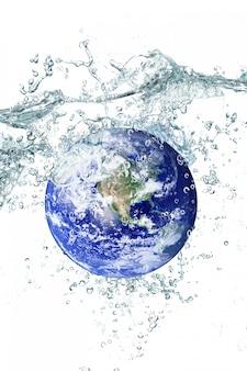 Tierra cayendo en el agua