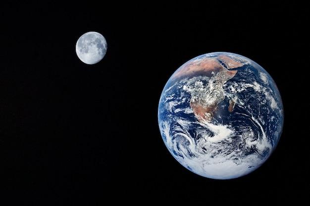 Tierra y luna en vista oscura desde el espacio. copie el espacio.