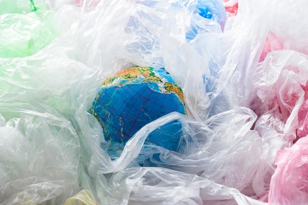 Tierra rodeada de bolsas de plástico