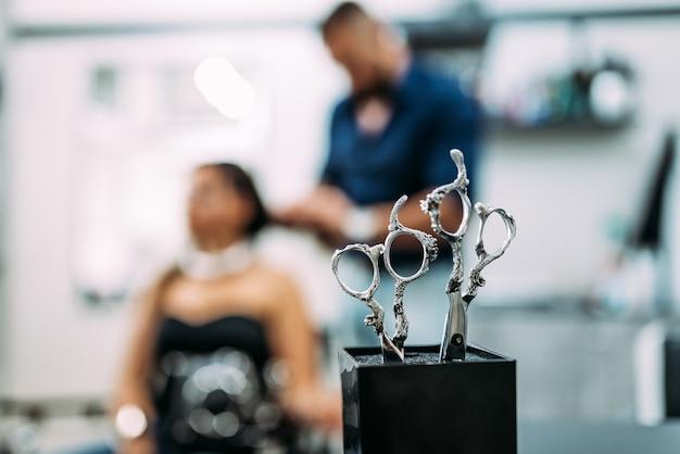Tijeras con estilo. concepto de peluquería salón. copia espacio