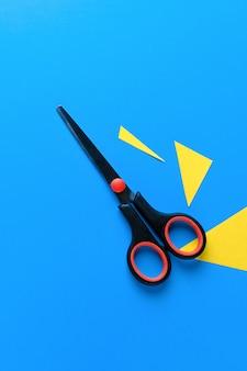 Tijeras con triángulos amarillos